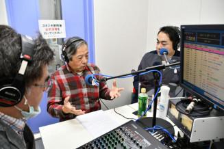 ラジオ番組の収録に臨む那須元一医師(中央)。地元の医療福祉の現状を伝え、がん予防にもつなげる