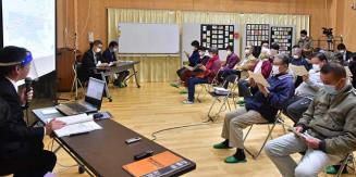 新たな津波浸水想定について市の説明を聞く鍬ケ崎地域の住民ら
