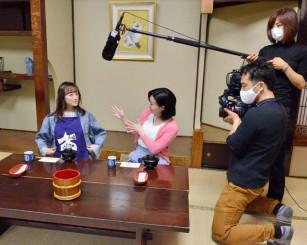 わんこそばのPR動画の撮影に臨む小松彩夏さん(左)