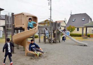 撤去が予定されているチャイルドパークの複合遊具。今後は憩いの場の在り方について地域の議論が求められそうだ=矢巾町西徳田