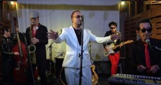 「センマヤ ロッケンロール」を演奏する千厩プレスリーバンドのメンバー(ユーチューブ映像)