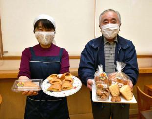 「鶏みそ」を使った商品をPRする小笠原菓子舗の小笠原正蔵さん(右)とおりつめ工房の岩部ふさ子さん
