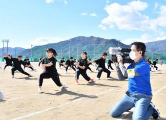 最後の運動会で披露された「赤中ソーラン」を撮影する秀吉十日会のメンバー