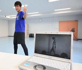 映画で演じたヒーローと同じポーズを決める岩手大の中嶋健人さん
