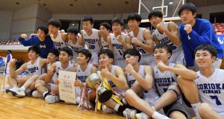 4年ぶりに優勝した男子・盛岡南の選手たち=25日、一関市総合体育館