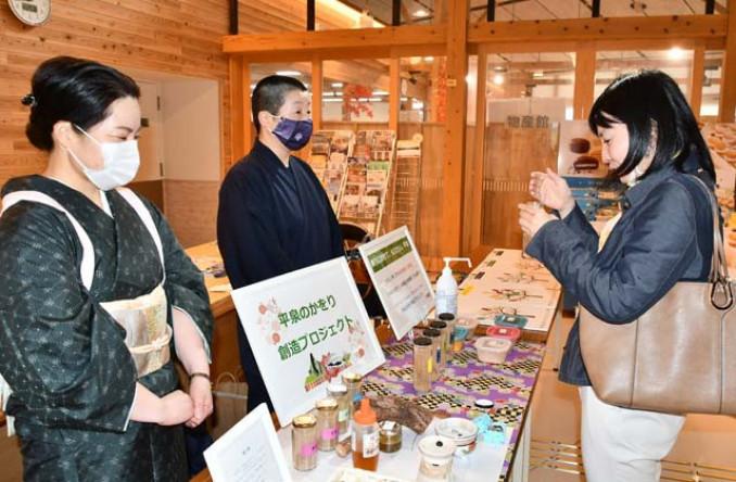 選考会でお香の匂いをかぐ来場者(右)。世界遺産登録10年に合わせて販売する