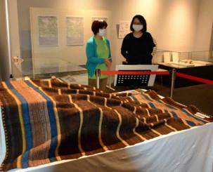 高村光太郎が愛用していたホームスパンの毛布を公開している企画展