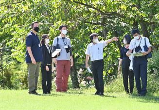 御所野遺跡を巡るイコモスの調査員(左)。地元では登録への期待が広がった=9月、一戸町岩舘・御所野縄文公園