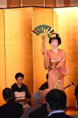 お披露目の会で踊りを披露する喜久丸さん