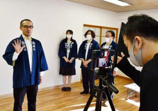 オープニング動画を撮影するオンライン五感市の実行委メンバー。地域の魅力発信を図る