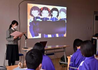 母校で防災紙芝居を読み聞かせる佐々木結菜さん。生徒は集中して耳を傾けた