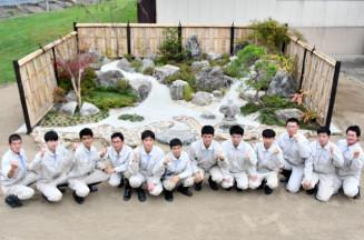 卒業制作の庭園を完成させた花巻農高の生徒