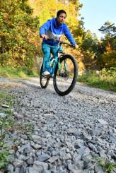 林道金山線をマウンテンバイクで走る大山幸真さん。アップダウンが続く砂利道で競う