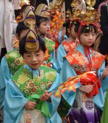 鮮やかな衣装で参道を練り歩く子どもたち