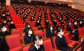 感染症対策で間隔を空けて座り、開校式に臨む宮古商工高の生徒=1日、宮古市・市民文化会館