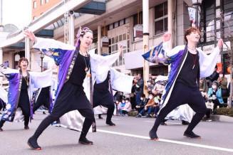 躍動感ある踊りを披露した水沢の25歳厄年連琉子幻(りゅうしげん)