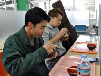 100円朝食をかき込む学生。新型コロナウイルス感染症の影響を踏まえ経済面と健康面をサポートする
