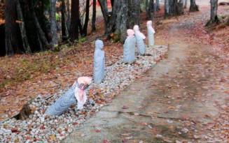 雫石町の「森のしずく公園」で荒らされた地蔵=4日(一般財団法人「慰霊の森」提供)