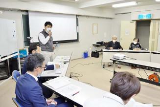 フォーラムの打ち合わせをする藤沢大祐代表(左奥)ら。住民主体の団地再生が動きだす