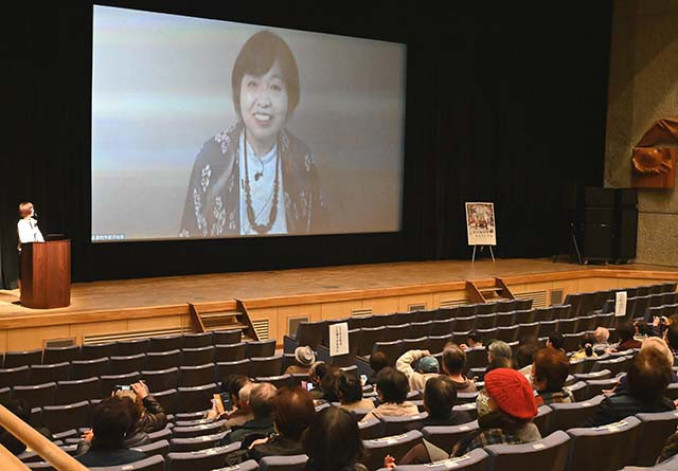 リモート中継で舞台あいさつする原作者の若竹千佐子さん