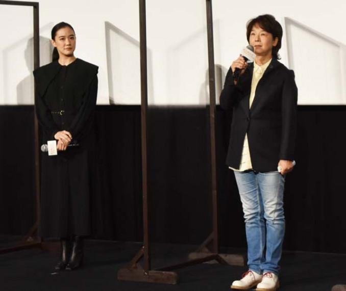 公開初日の舞台あいさつで作品をPRする田中裕子さん(右)と蒼井優さん=6日、東京都中央区