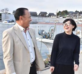 「切磋琢磨(せっさたくま)して頑張ってほしい」。千田勝治代表から激励を受ける三浦尚子さん(右)