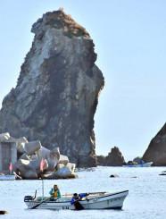 宮古市重茂の音部漁港でアワビ漁に精を出す漁業者