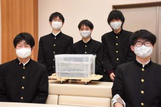 1位の知事賞に輝いた盛岡一の(左から)女鹿翼さん、藤沢泰地さん、西谷祐人さん、松尾泰晟さん、松尾典晟さん