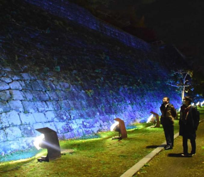 青色にライトアップされた岩手公園の石垣