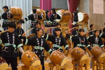 威勢良く太鼓をたたき創立50周年を祝う6年生