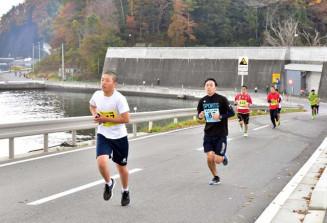 海沿いのコースを力走する参加者