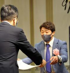達増知事から表彰状を受け取る八重樫東さん(右)