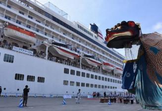 来年3月に大船渡港と宮古港に寄港することが決まった飛鳥Ⅱ=2019年5月