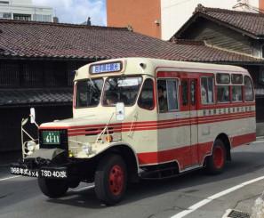 レトロな雰囲気が味わえる県北バスのボンネットバス(同社提供)