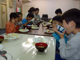 手作り料理を味わう子どもたちと保護者