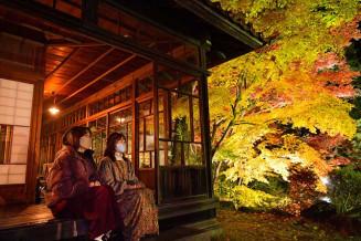 夜空にライトアップされた南昌荘の紅葉