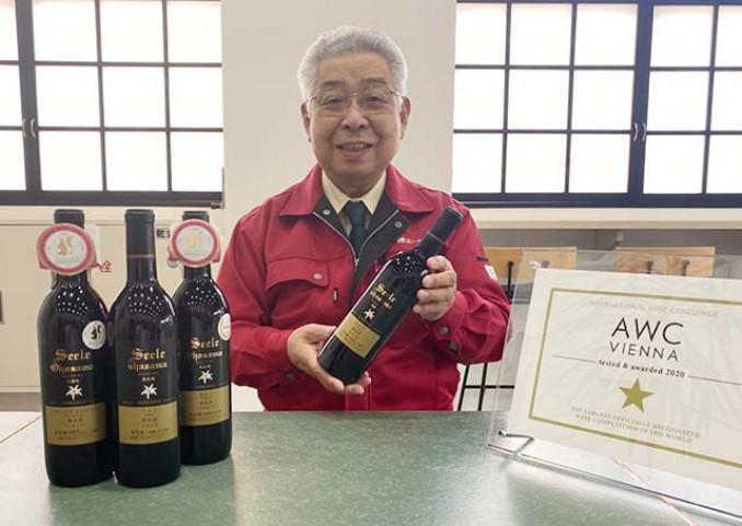 金賞受賞のワインを手に、ワイナリーとして国際的な評価を喜ぶ藤舘昌弘社長