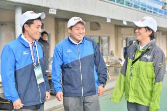 日本陸連の公認審判員として本県の陸上競技を支える(左から)佐藤博寿さん、大地さん、美紀さんの3きょうだい