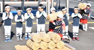 かわいらしい百姓踊りを披露する太田保育園の園児