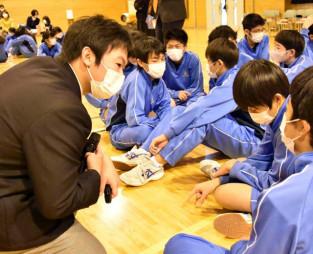 吉里吉里学園中学部の生徒と意見を交わす古川真愛さん(左)。命を守る取り組みの重要性を発信し続ける=大槌町吉里吉里