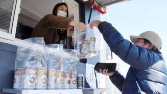 販売が始まった缶ビール「ドラゴンアイ」。市内外から買い物客が訪れた