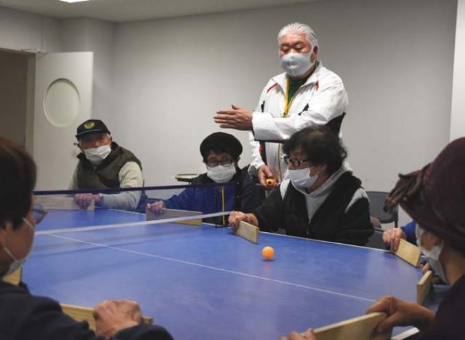卓球バレーを楽しむ新里周一会長(中央奥)と協会員ら