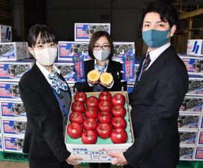 蜜入りの賢治りんごをPRする花巻農協の職員