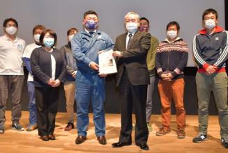 最終提言書を野田武則市長に手渡す青木健一委員長(中央左)ら委員会のメンバー