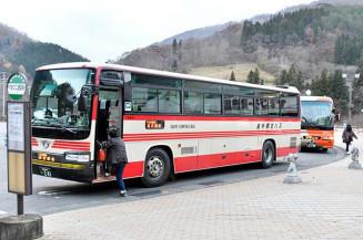 来年4月以降も平日5往復分は現行路線が残る見通しとなった県北バスの「106急行」