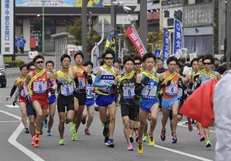 一斉にスタートして力強く走りだす一般の選手たち=2019年11月23日、一関市