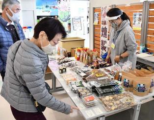沿岸企業の商品を選ぶ花巻空港の利用客