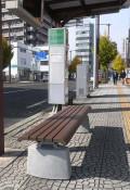 バス停の損壊ベンチ、善意で新調 企業が県協会へ寄贈