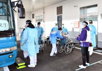 入院患者を新病院に搬送するスタッフ