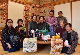 初の感謝祭を開くものづくりの会の会員。手作り作品を前に来場を呼び掛ける
